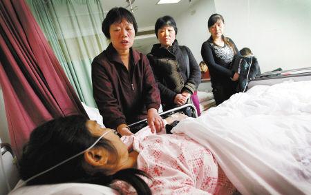 昨天下午,菜场工作人员和经营户代表们到医院看刘大姐。记者 许天长