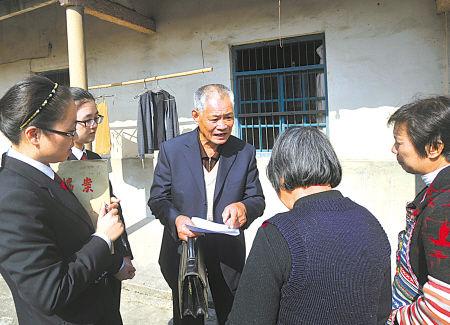 上午10点半,何志奇和法官来到丹东街道后山村一诉讼案当事人家里,了解情况,进行调解。