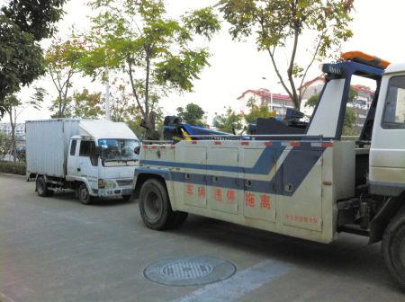 被查获的非法经营车辆被拖离。