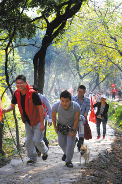 江北体育志愿者开步登山
