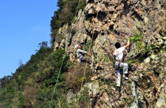 在横溪挑战极限攀岩