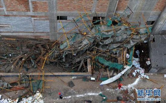 野蛮施工 西安脚手架倒塌7人亡 组图高清图片