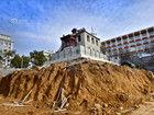 济南百年建筑先拆再建被挖成孤岛
