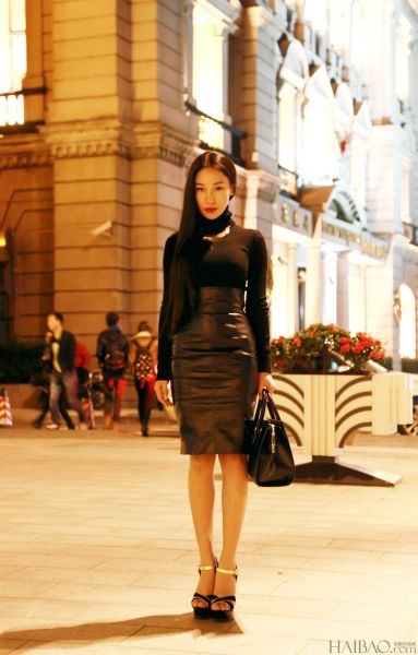 组图:黑毛衣搭配皮质高腰紧身裙时髦又优雅