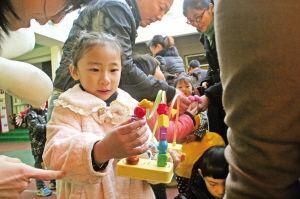 小朋友们在挑选喜欢的物品。记者 王鹏 摄