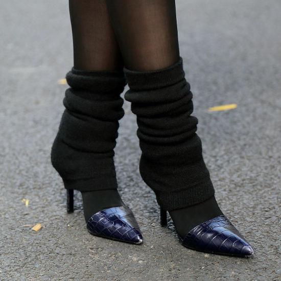 运动感的袜套套在高跟鞋上