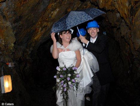 【英国一对情侣在地下152米深矿井举行婚礼】