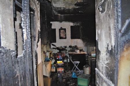 大火从阳台烧起,客厅里一片狼藉。