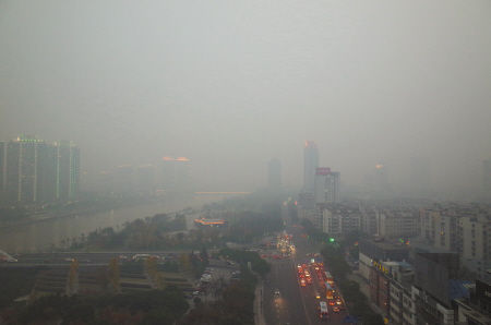 昨天,市区雾霾笼罩,能见度很差。宁波晚报记者 唐严 傍晚摄于灵桥路