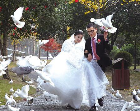 新人正在拍婚纱照。