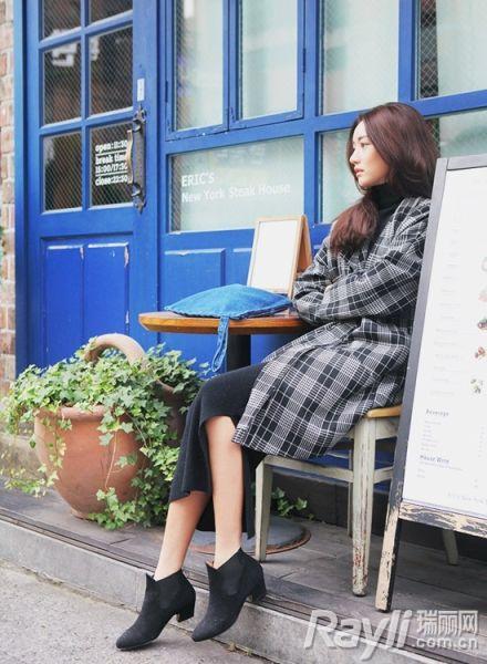 黑白格纹大衣搭配窄裙