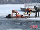 长春8旬老人掉入冰窟被冬泳者救出