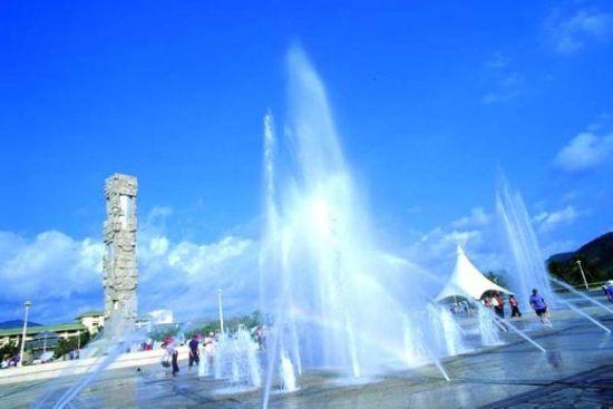 彩色喷泉和白帆式帐篷