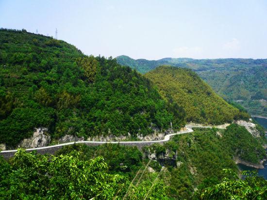 蜿蜒的骑行公路