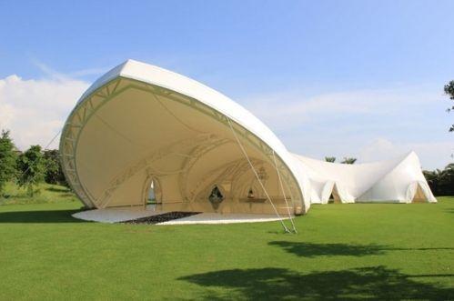犹如歌剧院造型的白色帐篷