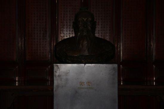 天一阁创建者的雕塑--范钦