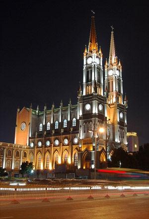 灯光下的天主教堂