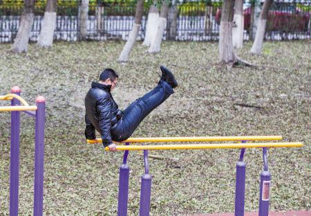 昨天,天气阴冷。在宁波体育中心,市民在健身器材上锻炼身体。记者 唐严 摄