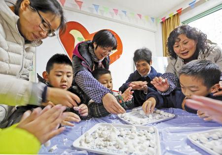 社区居民与小朋友迎冬至做圆子