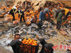 拉橙车翻车橙子洒一地附近村民帮捡