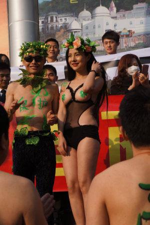 邓建国干露露上海助阵环保活动化身亚当夏娃