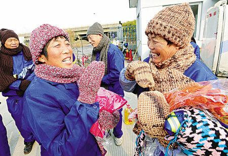 志愿者为环卫工送御寒物品