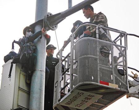宁波消防部门解救爬上灵桥女子