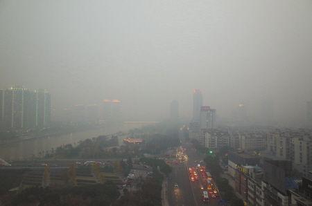 市区雾霾笼罩,能见度很差。(资料图)