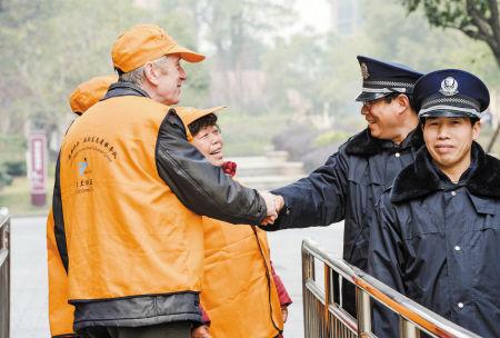 达尔文和志愿者一起在社区巡逻。