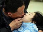 父亲口对口喂脑瘫女儿26年