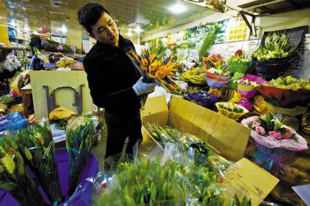 近日,甬城鲜花价格不断上涨。 记者 王勇 摄