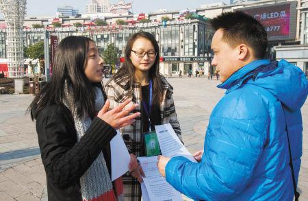 学生制作倡议书传递环保过年理念