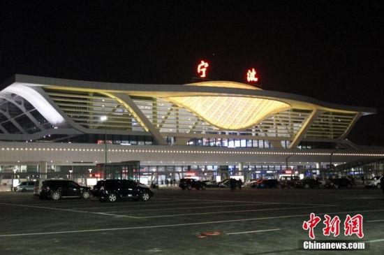 宁波火车站造型卖萌市民称似红膏炝蟹笑迎客
