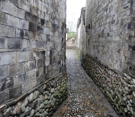 白墙、青瓦、鹅卵石路是她秀丽端庄的面容