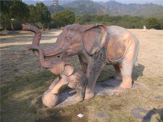 一片大草坪上的雕塑