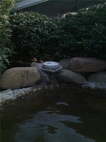 这个出水口设计好有意思,居然是个石磨