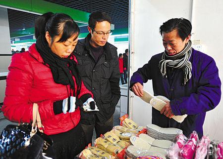 元旦早上,原夜市摊主毛林强在岳林菜场摆起了百货摊。