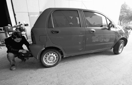 市民正在给电动汽车充电。 记者 王勇 摄