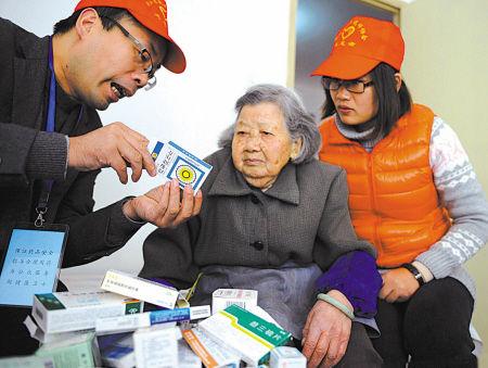 药师志愿者上门为老年人服务