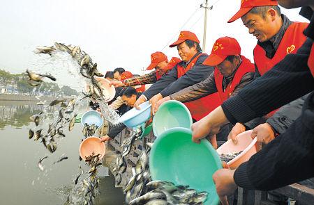 余姚志愿者放流5000公斤鱼苗