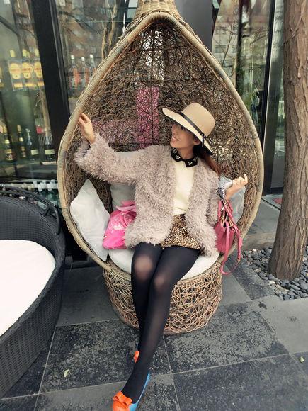 组图:冬日毛绒外套精致搭配模特演绎温暖回忆