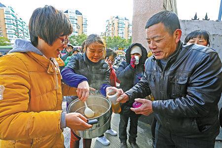 志愿者寒冬送暖茶