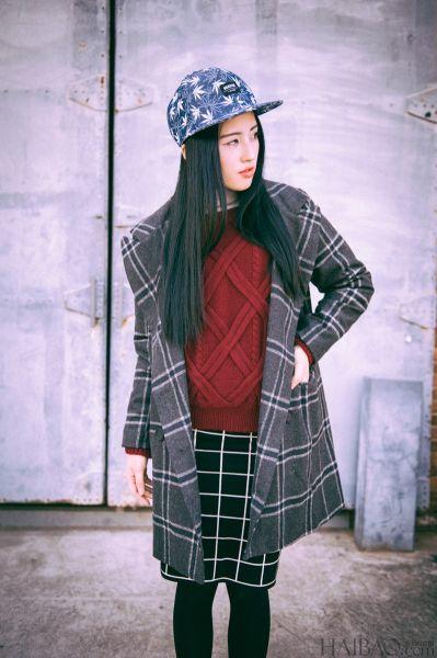 复古的大麻花针织毛衣搭配格纹半身裙