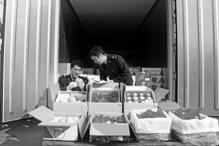工作人员正在检疫水果。