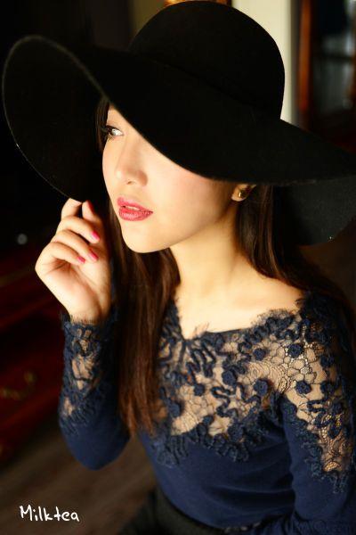 组图:大美妞着蕾丝羊绒衫展露独有的女人味