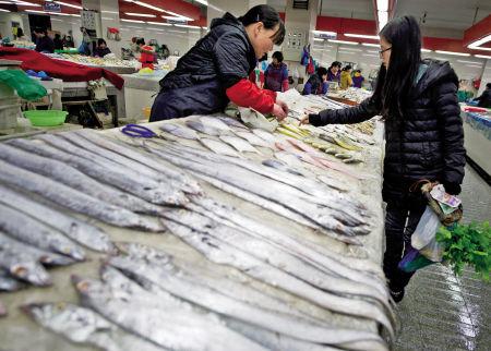 近期带鱼丰收,甬城市场带鱼供应量充足。记者 王勇 摄