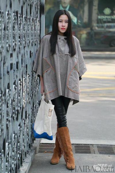 斗篷衣与黑皮裤的搭配让你在冬日穿出文艺范