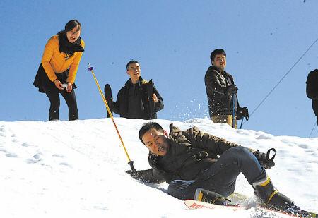 市民到奉化相量岗旅游度假村滑雪