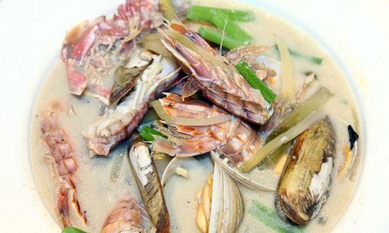 一品豆腐,豆腐像是提前沾面粉煎过,外层面粉太厚。葱油海瓜子,海瓜子新鲜,葱油适中,葱香够且不油腻。雪花肥牛,菜价很贵,68一份,茼蒿金针菇和雪花牛肉三大材料,外加单独的一锅汤,吃时自己将材料放进汤锅中。汤底有点太过鲜,偏油腻。牛肉倒是蛮紧实,口感不错,茼蒿不是很新鲜。   看到糯米块,便觉得应该尝试一下,毕竟是家常的主食。小编要求煎后撒盐化,偏油腻,而且意外的是,糯米块竟然要6元一块,实在太坑人了。和年糕本事同根生,为何价格就差这么多。