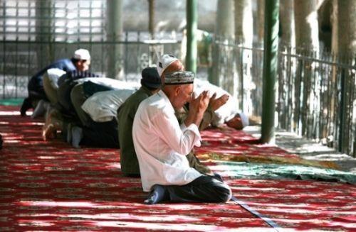 做礼拜的朝圣者(非清真寺内拍摄)
